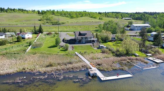 Elegant Lakefront Residence Nestled along the Banks of Lac La Hache - Lac La Hache, BC